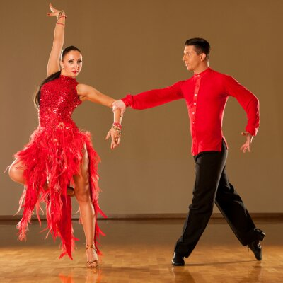 Fotomural casal dança latino em ação - dançando samba selvagem
