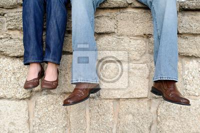 cfae4dc25f30e Casal sentado em pé de parede só fotomural • fotomurais jeans ...