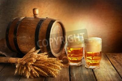 Fotomural Cerveja barril com copos de cerveja na mesa sobre fundo marrom