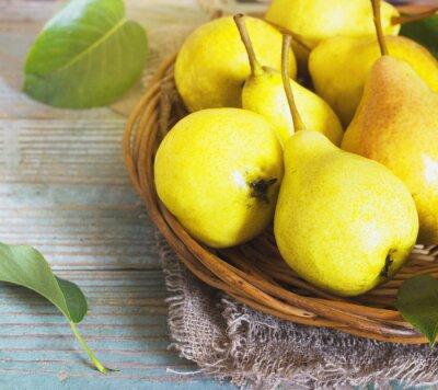 Fotomural Cesta de vime de peras maduras, close-up