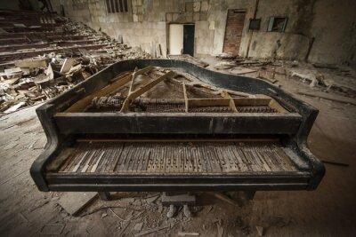 Fotomural Chernobyl - close-up de um velho piano em um auditório