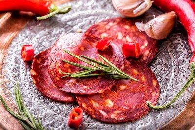 Fotomural Chouriço de salsicha. Espanhol chouriço tradicional, com ervas frescas, alho, pimenta e pimentas. Cozinha tradicional.