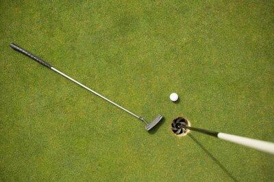 Fotomural Clube de golfe e bola de golfe no putting green ao lado da bandeira