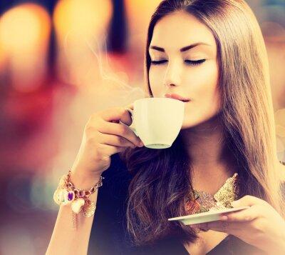 Fotomural Coffee. Chá bebendo da menina bonito ou café