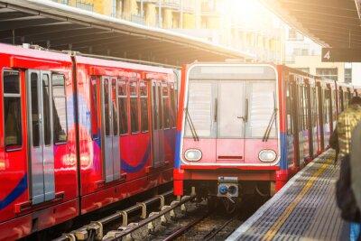 Fotomural Comboios urbanos sem condutor na estação em Londres
