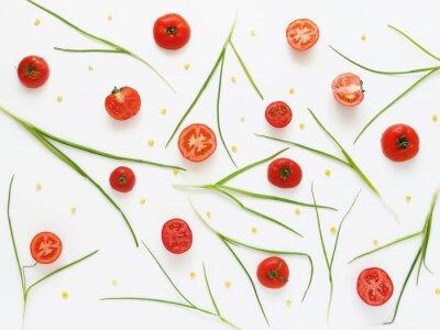 Fotomural Comendo um padrão de tomates frescos e cebolas verdes. Fundo de alimentos vegetais. Corte os tomates em um fundo branco.