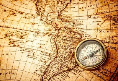 Fotomural Compasso do vintage encontra-se em um mapa antigo do mundo.