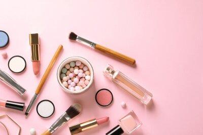 Fotomural Composição plana leiga com produtos para maquiagem decorativa em fundo rosa pastel