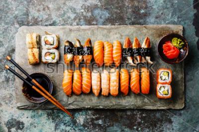 Fotomural Conjunto de sushi servido na ardósia de pedra cinza em fundo de metal