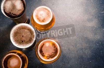 Fotomural Copos de cerveja em uma mesa escura