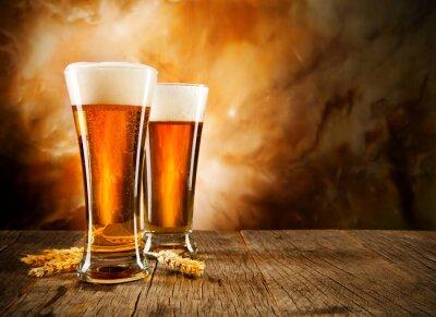 Fotomural Copos de cerveja na tabela de madeira