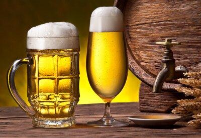 Fotomural Copos de cerveja, velho barril de carvalho e de trigo orelhas.