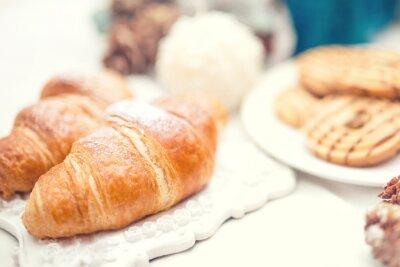 Fotomural Croissants fresco delicioso e saboroso como refeição café da manhã