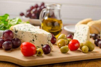 Fotomural Delicioso queijo azul com azeitonas, uvas e salada