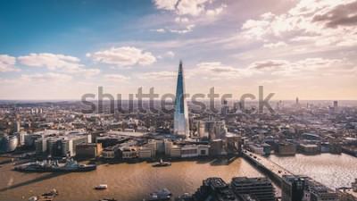 Fotomural Deslumbrante vista panorâmica sobre o rio Tamisa, o estilhaço, o horizonte de Londres e a paisagem urbana do arranha-céu. Foto aérea sobre a cidade grande.