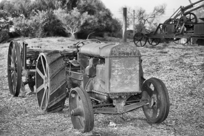 Fotomural Detalhe antigo oxidado velho trator em preto e branco