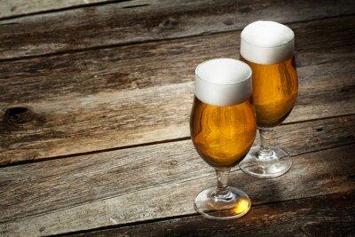 Fotomural Dois cerveja de vidro no fundo de madeira com copyspace