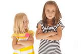 Duas jovens irmãs irritados um com o outro um jovem olhando para cima em 81a8ddbd420