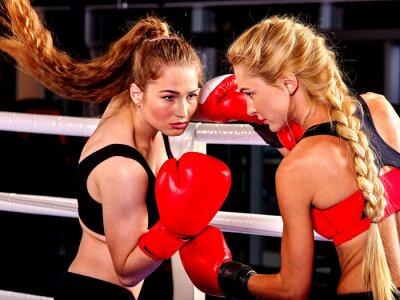 Fotomural Duas mulheres boxer vestindo luvas vermelhas para caixa no anel. Artes marciais.
