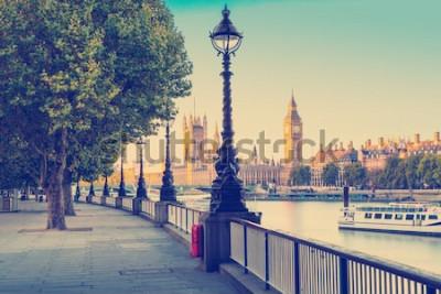 Fotomural Efeito de filtro de foto retrô - lâmpada de rua na margem sul do Rio Tamisa com o Big Ben e Palácio de Westminster, em fundo, Londres, Inglaterra, Reino Unido