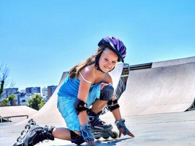 Fotomural Equitação da menina em patins de rolo no skatepark.