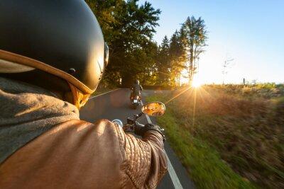 Fotomural Equitação do motociclista motocicleta na manhã ensolarada