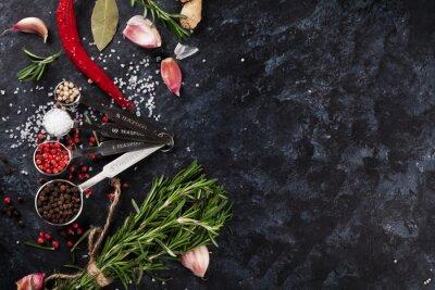 Fotomural Ervas e especiarias sobre pedra preta