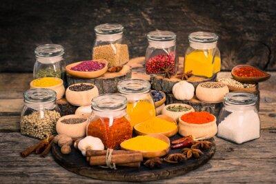 Fotomural Especiarias e ervas na mesa de madeira