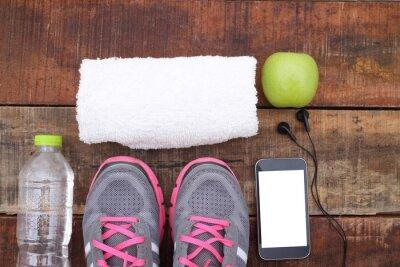 Fotomural Esporte sapatos e água com conjunto para atividades esportivas no chão de azulejos.