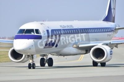 Fotomural Esta é uma visão da Embraer ERJ 170 PLL LOT registrado como SP-LNA no Aeroporto Chopin de Varsóvia.