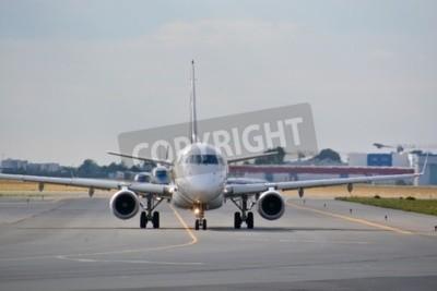 Fotomural Esta é uma visão de LOT Polish Airlines Embraer ERJ 170 avião registrado como SP-LDE no Aeroporto Chopin de Varsóvia. 30 de julho de 2015. Varsóvia, Polônia.