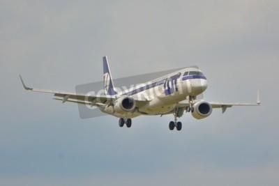 Fotomural Esta é uma vista de LOT Polish Airlines Embraer ERJ 195 avião registrado como SP-LNA no Aeroporto Chopin de Varsóvia. 16 de setembro de 2015.
