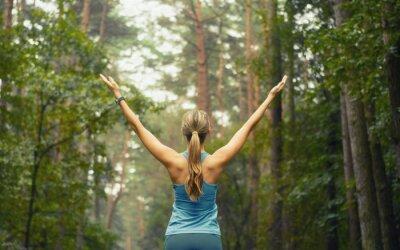 Fotomural estilo de vida saudável da aptidão Mulher desportiva no início de área florestal
