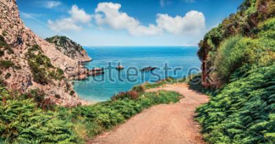 Fotomural Estrada velha à praia de Agia eleni. Seascape colorido do mar Mediterrâneo. Cena exterior brilhante da ilha de Cephalonia, Grécia, Europa. Viajando em ilhas jônicas.