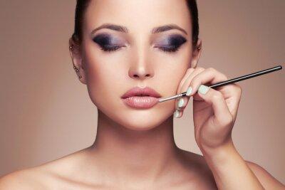Fotomural Face bonita da mulher. Beleza menina com Perfect make-up.Makeup artista aplica lipstick.cosmetics