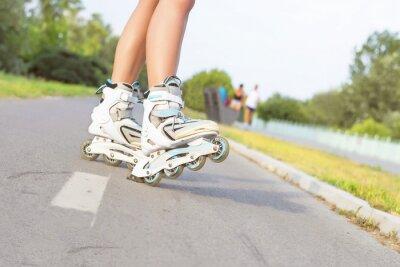 Fotomural Feche acima da menina que rollerblading no parque. Ao ar livre, recreação, estilo de vida, rollerblading.