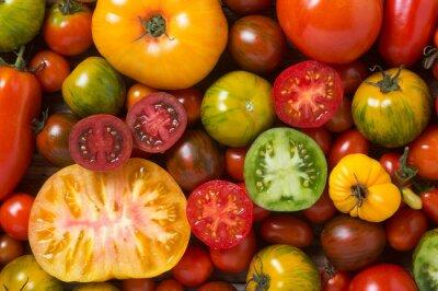 Fotomural Feche acima dos tomates coloridos, alguns cortados, tiro de acima
