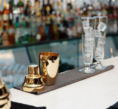 Fotomural Ferramentas barman no balcão do bar, espaço da cópia