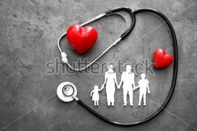 Fotomural Figura de família, corações vermelhos e estetoscópio no fundo cinza. Conceito de cuidados de saúde
