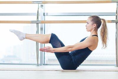 Fotomural fitness, esporte, formação e estilo de vida conceito - mulher fazendo