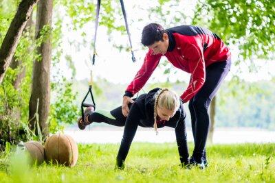 Fotomural Fitness und sport - Paar beim Sling Training