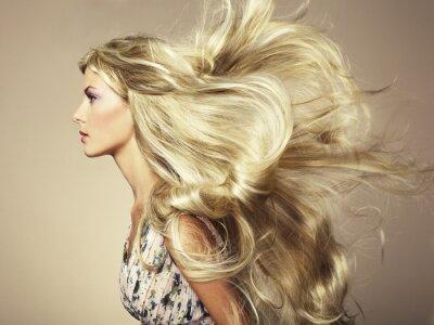 Fotomural Foto da mulher bonita com cabelo magnífico