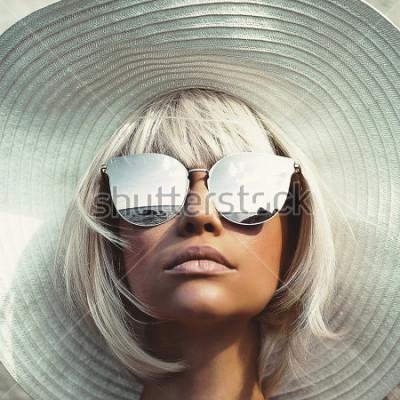 Fotomural Foto de moda ao ar livre da bela moça de chapéu e óculos de sol. Viagem de praia de verão. Ritmo de verão