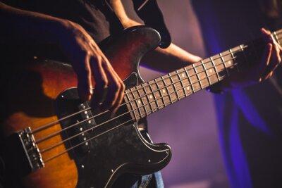 Fotomural Foto do Close-up do jogador de guitarra baixa