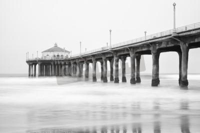 Fotomural Foto em preto e branco do cais da praia de Manhattan, Califórnia.
