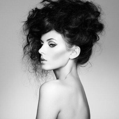 Fotomural Foto preto e branco da mulher bonita com cabelo magnífico