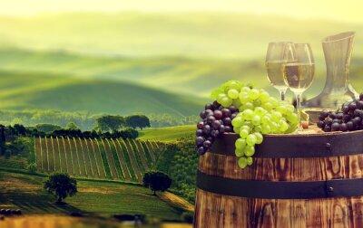 Fotomural Frasco de vinho branco e vidro de vinho no tambor wodden. bela tua