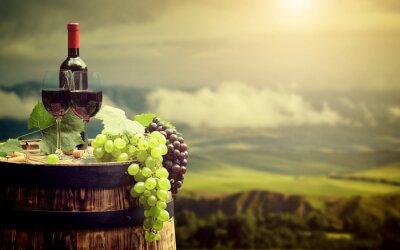 Fotomural Frasco de vinho vermelho e vidro de vinho no barril wodden. Itália