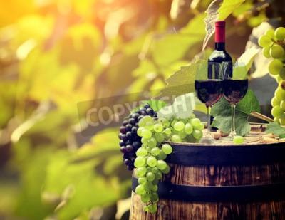 Fotomural Frasco de vinho vermelho e vidro de vinho no tambor wodden.