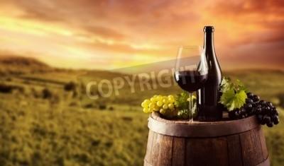 Fotomural Frasco de vinho vermelho e vidro no barril de madeira. Vinhedo, fundo